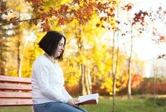 Rijpe vrouwenlezing in park Royalty-vrije Stock Afbeelding