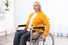 Rijpe vrouwenzitting in rolstoel royalty-vrije stock afbeelding