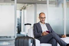 Rijpe zakenman bij luchthaven stock afbeeldingen