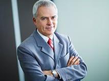 Rijpe zakenman in bureau Stock Foto's