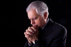 Rijpe zakenman, denken-bidt Stock Afbeelding