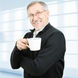 Rijpe zakenman die een koffiepauze heeft Stock Fotografie