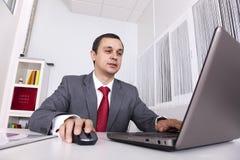 Rijpe zakenman die op het kantoor werkt Stock Afbeelding