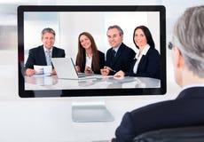 Rijpe zakenman het aanwezig zijn videoconferentie royalty-vrije stock foto