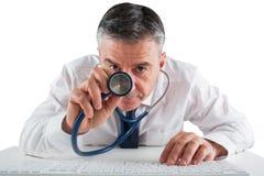 Rijpe zakenman lopende diagnostiek met stethoscoop stock foto