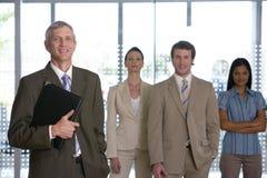 Rijpe zakenman met team Royalty-vrije Stock Afbeelding
