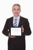 Rijpe Zakenman Showing Digital Tablet stock foto
