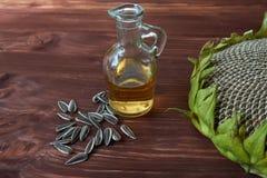 Rijpe zonnebloemenzaden en fles zonnebloemolie stock afbeelding