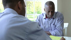 Rijpe Zwarte Mannelijke Vergadering met Financiële Adviseur thuis stock footage