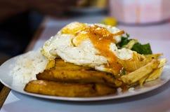 Rijst Cubaanse stijl met ei en gebraden weegbree royalty-vrije stock afbeelding
