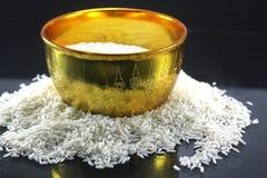 Rijst in de Traditionele Thaise gouden kom op zwarte   Stock Foto