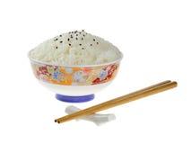 Rijst in een ceramische kom met eetstokjes stock foto's