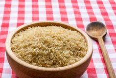 Rijst in een houten kom Stock Afbeeldingen