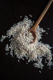 Rijst en houten lepel Stock Afbeelding