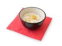 Rijst en kerrie in zwarte kom op een rood servet Royalty-vrije Stock Fotografie