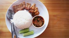 Rijst en knapperig varkensvlees met inheemse bron stock afbeeldingen