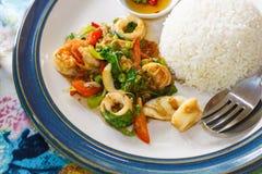 Rijst en kruidige zeevruchten, het Basilicum van de garnalenpeper Thais voedsel - beweeg gebraden gerecht #6 Stock Foto's
