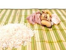 Rijst en zeevruchten op bamboemat Stock Foto's