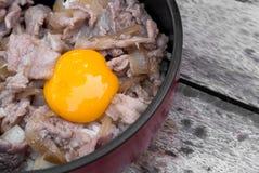 Rijst Geroosterd Varkensvlees met ei Stock Afbeeldingen