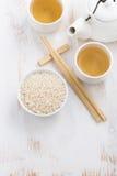 Rijst, groene thee en eetstokjes voor sushi Stock Fotografie