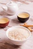 Rijst, groene thee en eetstokjes voor sushi stock afbeelding