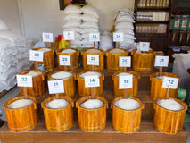 Rijst in houten bak bij de Thaise markt royalty-vrije stock afbeeldingen