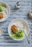 Rijst, kip en salade in een kom stock foto