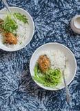 Rijst, kip en salade in een kom op een donkere achtergrond stock afbeelding
