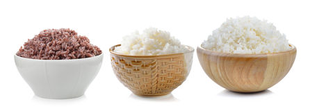 Rijst in kom op witte achtergrond Stock Foto