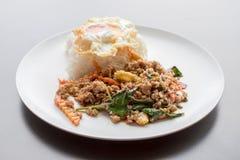Rijst met be*wegen-gebraden varkensvlees en basilicum wordt bedekt dat Royalty-vrije Stock Fotografie