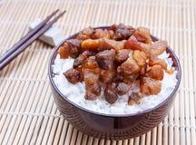 Rijst met de gebraden saus van varkensvleesvissen Royalty-vrije Stock Foto's