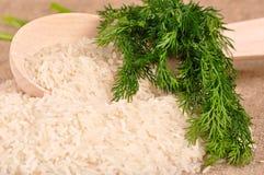 Rijst met dille en lepel stock foto's