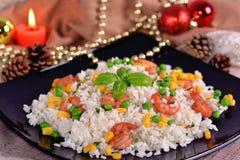 Rijst met garnalen op de feestelijke lijst Royalty-vrije Stock Afbeelding