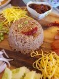 rijst met garnalendeeg wordt gemengd in houten plaat die stock foto's
