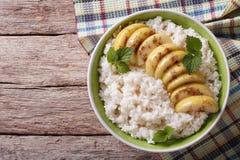 Rijst met gekarameliseerde appelen in een kom horizontale hoogste mening Stock Foto's