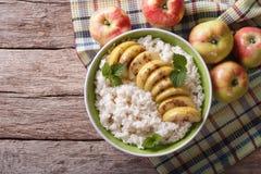 Rijst met gekarameliseerde appelen en verse appelen horizontale bovenkant vi Stock Afbeelding
