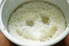 Rijst met het glimlachen gezicht in elektrische kooktoestelpot royalty-vrije stock fotografie