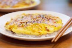 Rijst met Japaneese-omelet, Tenshindon wordt bedekt die Stock Afbeeldingen