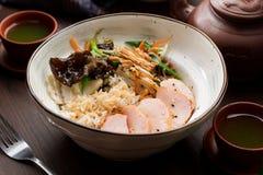 Rijst met kip en paddestoelen in een Aziatisch restaurant stock afbeeldingen