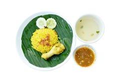 Rijst met kip in kerrie op plaat en soepkop wordt gekookt die royalty-vrije stock afbeeldingen