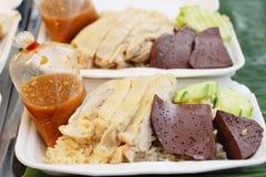 Rijst met kip wordt gestoomd en heerlijke die saus Stock Fotografie