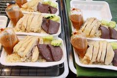 Rijst met kip wordt gestoomd en heerlijke die saus Royalty-vrije Stock Foto's