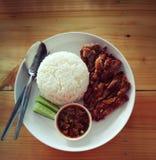 Rijst met knapperig varkensvlees en inheems bron heerlijk favoriet voedsel stock foto