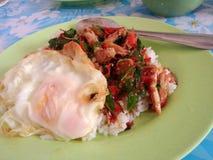 rijst met krabvlees en basilicum wordt bedekt dat Stock Afbeeldingen