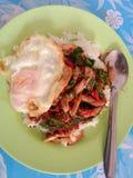 rijst met krabvlees en basilicum wordt bedekt dat Stock Foto