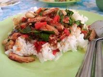 rijst met krabvlees en basilicum wordt bedekt dat Royalty-vrije Stock Afbeeldingen