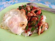rijst met krabvlees en basilicum wordt bedekt dat Royalty-vrije Stock Afbeelding