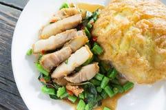 Rijst met omelet en be*wegen-gebraden varkensvlees en basilicum wordt bedekt dat Royalty-vrije Stock Afbeeldingen