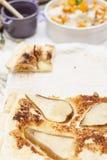 Rijst met pompoen en honing op de lijst en ander de herfstvoedsel, pastei met peer Heerlijk familiediner in de binnenplaats royalty-vrije stock afbeelding