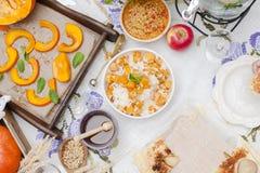 Rijst met pompoen en honing op de lijst en ander de herfstvoedsel, pastei met peer Heerlijk familiediner in de binnenplaats Menin stock foto's